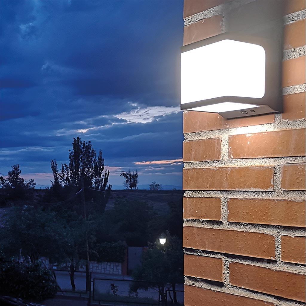 Iluminación solar foco JANO en terraza