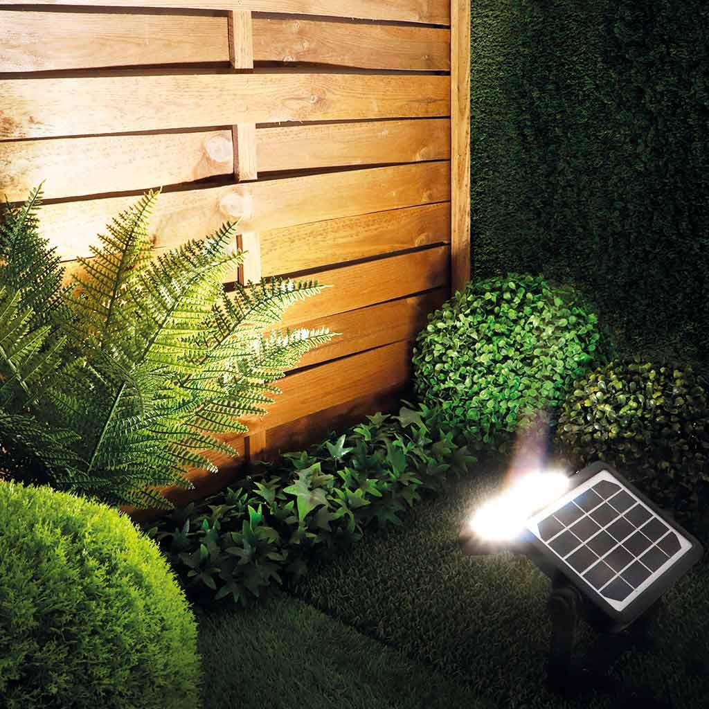 Foco solar KORE M en pared
