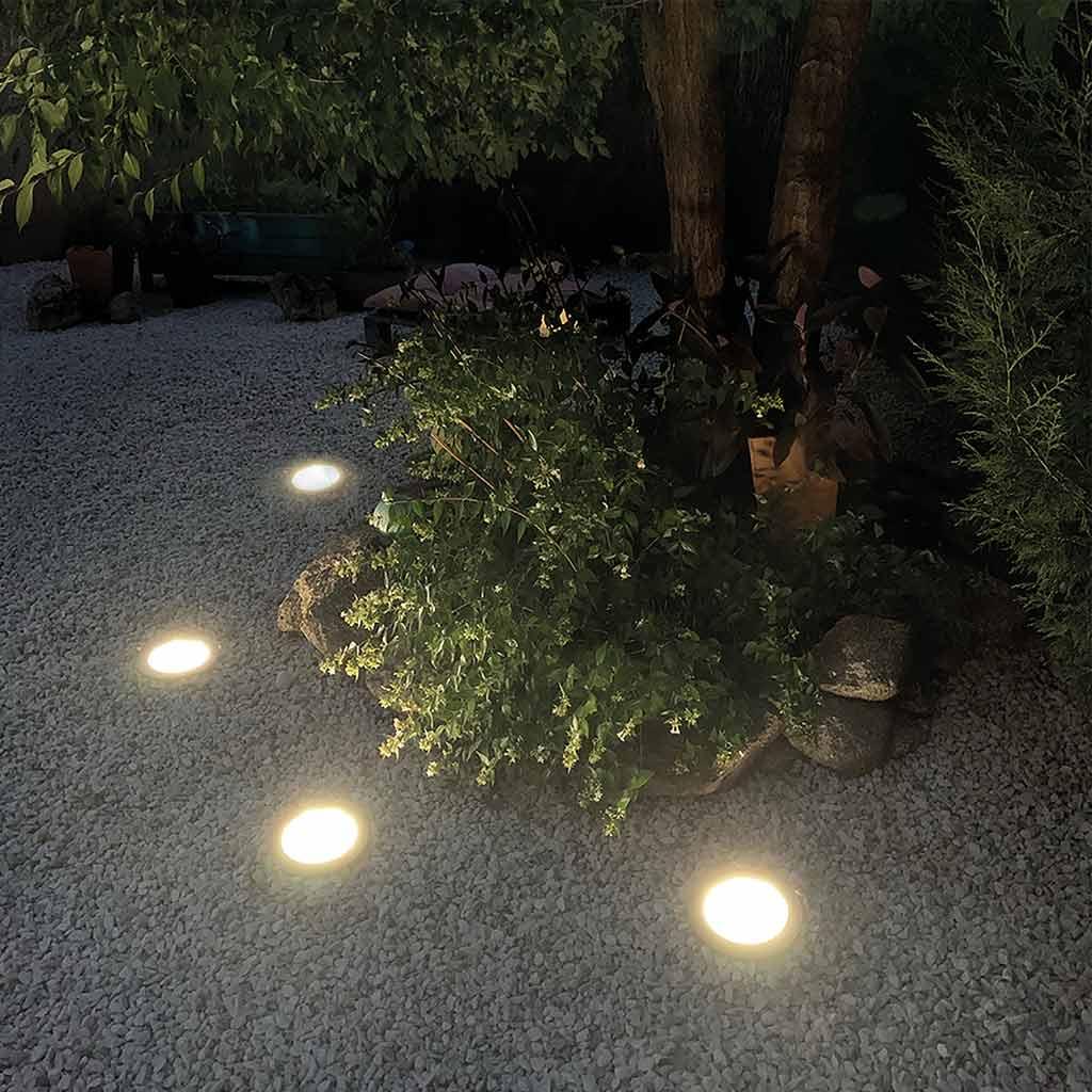 Foco solar POLARIS en jardín